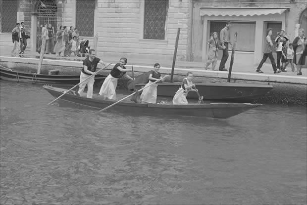 Una famiglia in voga alla vogalonga di Venezia