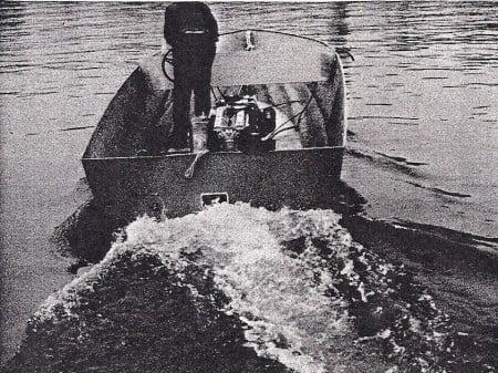 Nella foto 2 qui sopra: uno scafo con step drive al momento che precede l'entrata in planata. In queste condizioni l'elica di superficie si comporta come una frizione, consentendo al motore di andare su di giri e di esprimere così la sua potenza senza che il pilota debba manovrare per provocare pericolose cavitazioni. L'imbarcazione fotografata, spinta da un motore entrobordo da 115 hp, ha toccato la velocità massima di 71 km/h. Uno scafo identico nella forma e nel peso, spinto da un entrofuoribordo da 120 hp, ha raggiunto la velocità massimo di 62 km/h, cioè il 15 per cento in meno