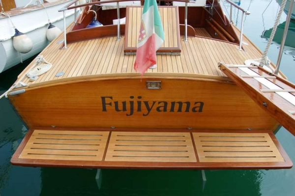 Speranzella Fujiyama la bellezza dello specchio di poppa, bellissima plancetta ed uno stupendo teak del ponte di poppa