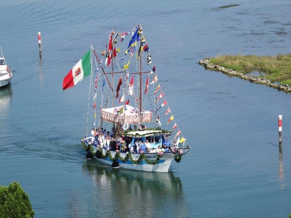 altro peschereccio imbandierato che partecipa processione