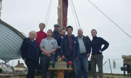 foto di gruppo in cui Francesco è l'ultimo a destra