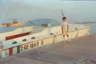 Maurizio 12 anni accanto barca contrabbandiera