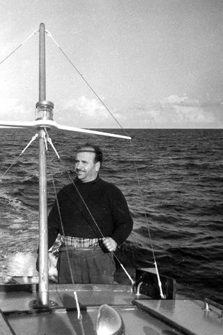 Pierino Gargana mentre collauda una barca