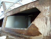 Demolizione fiancata a dritta della cabina barca