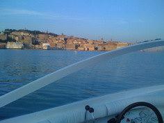 Grisù in navigazione davanti al porto di Ancona