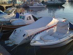 Mini Drago Grisù ormeggiata tra le altre barche...