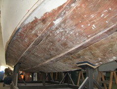 Levigatura della carena portata a legno e poi laminata con epossidica