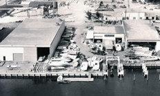 """Il cantiere """"Formula Marine"""": il primo dei molti cantieri inventati e realizzati da Aronow nella strada statale Nord-Est, 188th Street di Nord Miami Beach, che divenne poi nota in tutto il mondo sportivo come """"The Thunderboat row""""."""