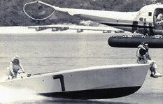 """""""Claudia"""", la barca della prima gara (Miami-Nassau 1962) di Aronow. Don è seduto all'estrema prua per mantenerla in planata avendo rotto un motore a poche miglia dal traguardo."""