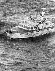 CP233 - Mancini al salvagente mentre si accinge a lanciarlo ai naufraghi