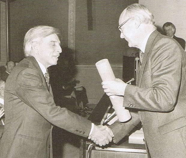 """Renato """"Sonny"""" Levi nel momento in cui riceve il diploma della Royal Society of Arts"""