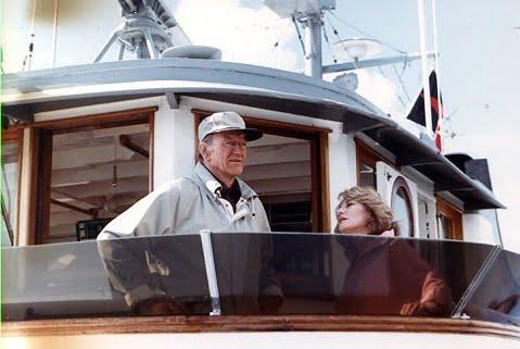 John wayne con la giornalista Barbara Walters vicino alla plancia di comando nel 1978