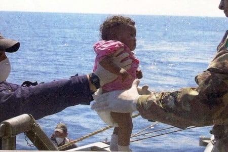 Una stupenda bimba africana messa in salvo dagli uomini della Marina Militare Italiana