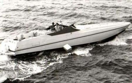 Power Marine inseguito dalle m/v della gdf mentre alleggerisce il carico