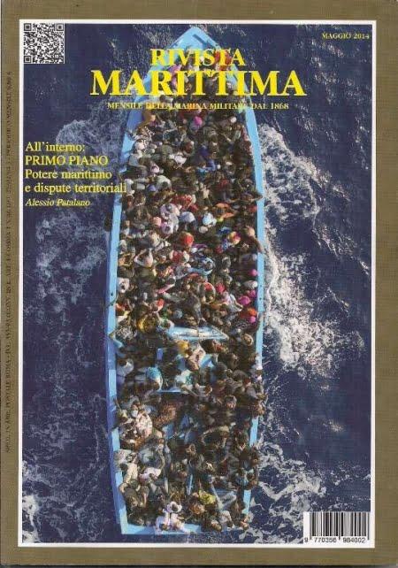 un barcone carico di migranti ripreso dall'alto durante una operazione di recupero
