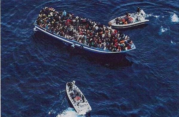 La Marina Militare soccorre i migranti stipati fino all'inverosimile su un barcone della disperazione e speranza