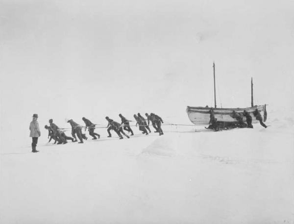 La James Caird trascinata dagli uomini della spedizione