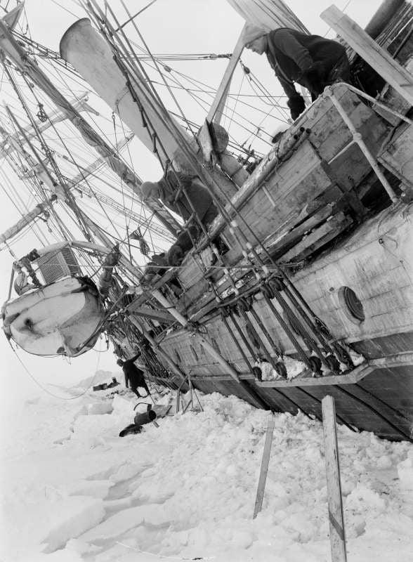 La nave comandata da Ernest Shakleton comincia a cadere sotto la morsa del ghiaccio. Foto del 23 ottobre 1915
