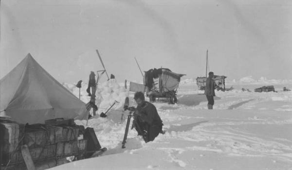 Patience Camp foto fine gennaio 1916. In primo piano Reginald James impegnato a fare rilevazioni