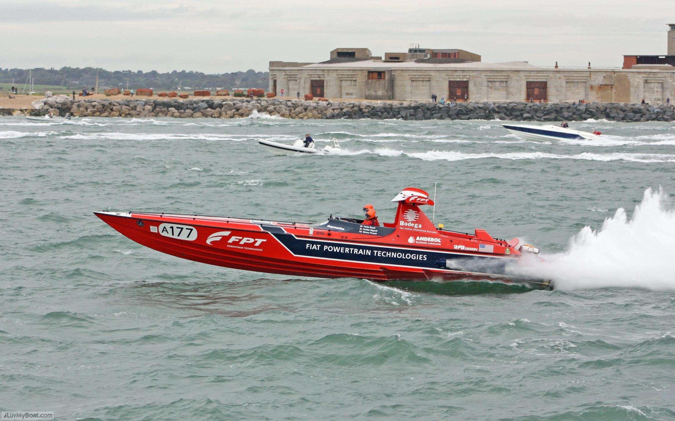 Esempio di imbarcazione monocarena che sfrutta gli effetti di portanza aerodinamica di un profilo alare.