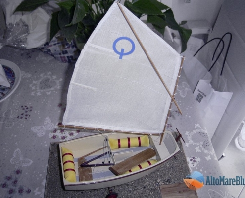 Modellismo: imbarcazione a vela Optimist