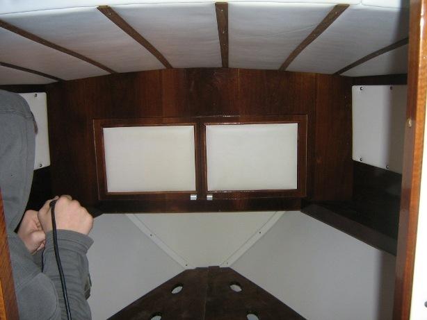 Cabina di prua barca d'epoca durante restauro