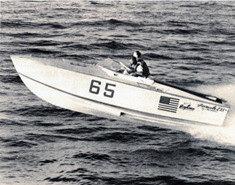 """Il primo Formula in gara: molto sobrio… ma ciononostante consentì a Don di arrivare secondo nella Miami-Key West del 1963. Questo scafo si chiamava """"The Cigarette"""", nome che anni dopo sarebbe diventato logo di uno dei tanti cantieri creati da Aronow."""